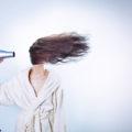 髪を乾かす